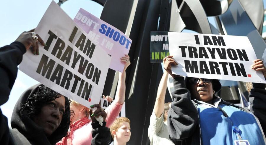 Den organisation, som Novo Nordisk ifølge Politiken støtter økonomisk, arbejder blandt andet for retten til at skyde og dræbe i selvforsvar, som det angiveligt var tilfældet med den 17-årige Trayvon Martin, der døde i februar. Her protesterer demonstranter uden for Alces hovedkvarter mod loven om at dræbe i selvforsvar.