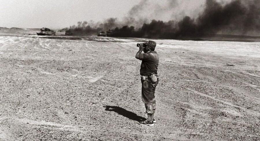 ARKIVFOTO. Ariel Sharon, general i 1967, betragter Sinai-ørkenen gennem kikkert.