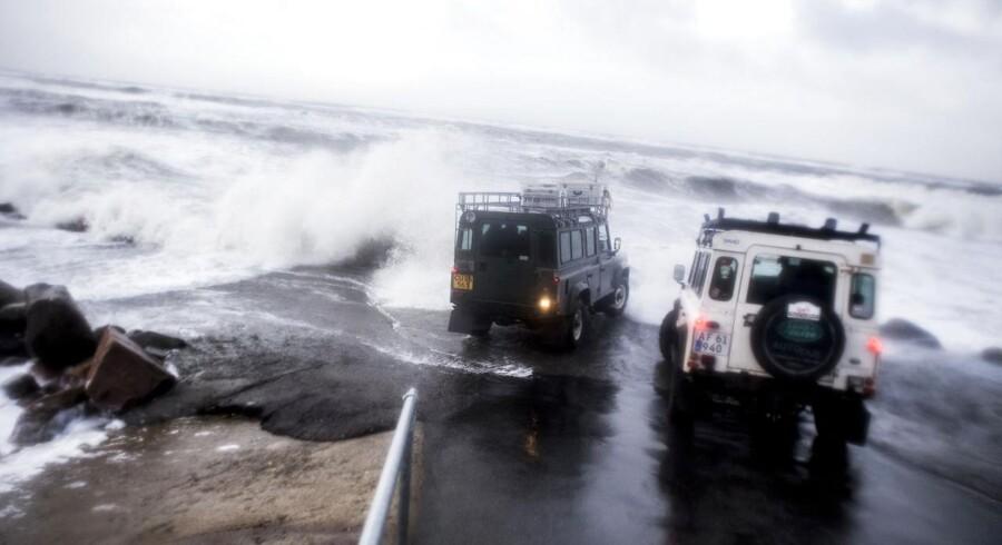 Danmark er lørdag ramt af stormen Egon, der har godt fat i store dele af landet. Flere steder er blæsevejret nået op til orkanstyrke. Se flere billeder fra stormen her.Her rammer stormen Nørre Lyngby i Nordvestjylland.