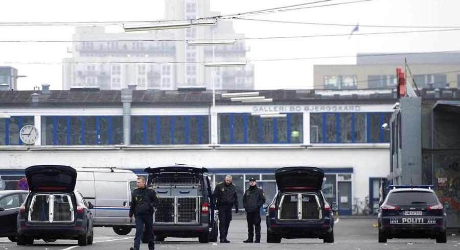 Politiet foretager undersøgelser i Kødbyen i København efter nattens knivdrab på in-stedet Bakken.