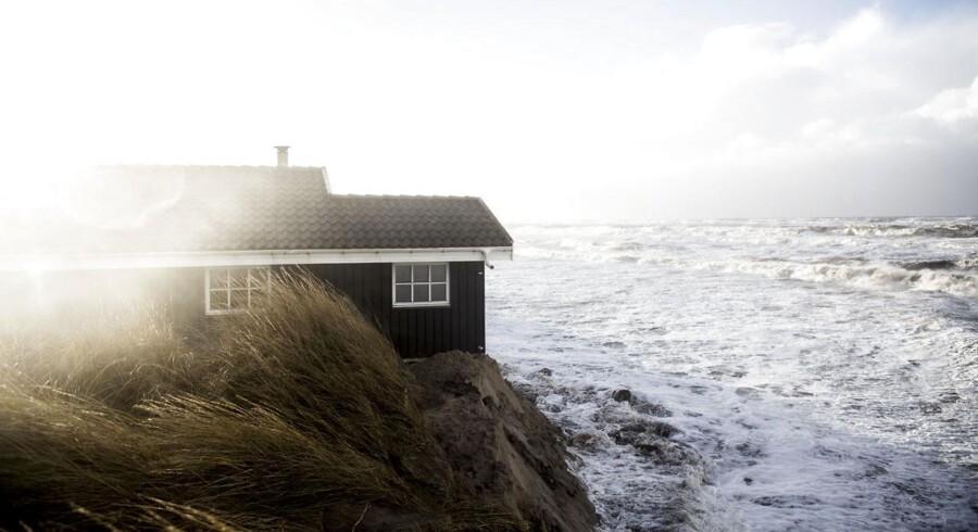 Stormen Egon rammer Nordvestjylland. Et sommerhus formentligt vil blive spist af havet i løbet af natten på Nørrelev Strand.