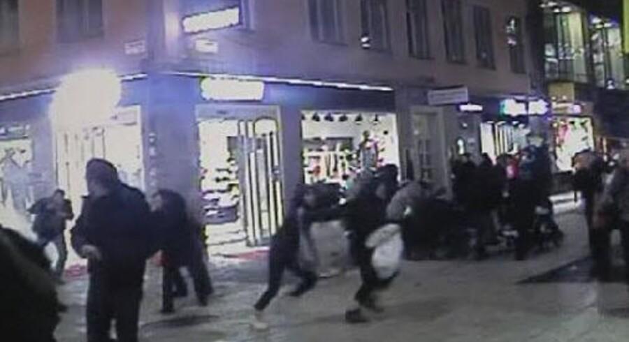 En overvågningsvideo fra centrum i Stockholm er netop blevet offentliggjort. Den viser den sidste bombeeksplosion.