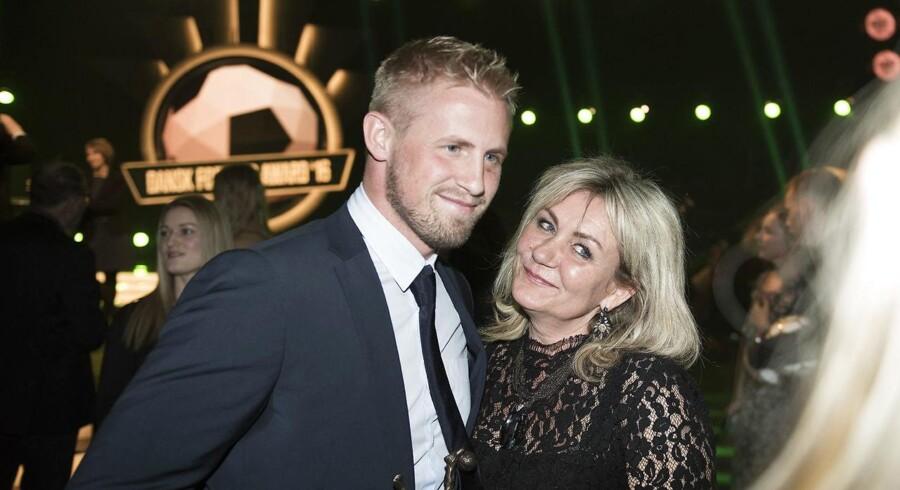 Årets fodboldspiller er Kasper Schmeichel. Her lykønkes han af sin mor Bente Schmeichel. Foto: Liselotte Sabroe/Scanpix