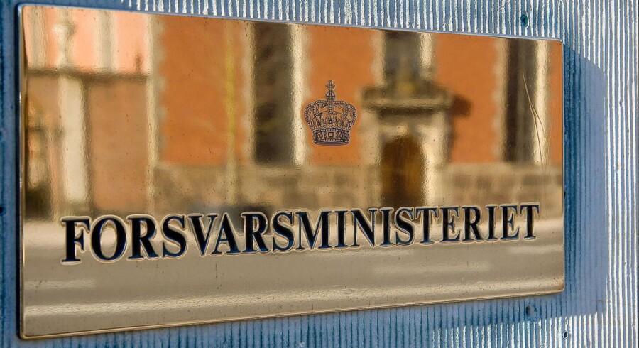 En del af den oprindelige spareplan indeholdt en sammenlægning af Forsvarsministeriet, der har adresse ved Holmens Kanal tæt på Christiansborg og Forsvarskommandoen, der ligger på Holmen i København.