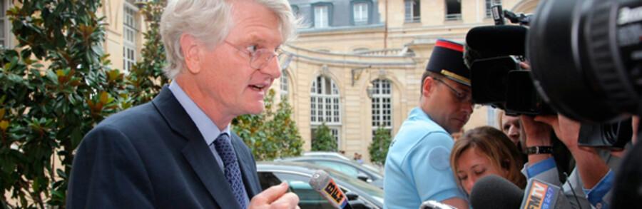 Topchefen i den franske storbank BNP Paribas, Baudouin Prot, svarer her på spørgsmål fra journalister efter et møde med den franske premierminister. Bankens udmelding om udbetaling af 7,5 mia. kr. i bonusser har rejst en politisk storm i Frankrig.