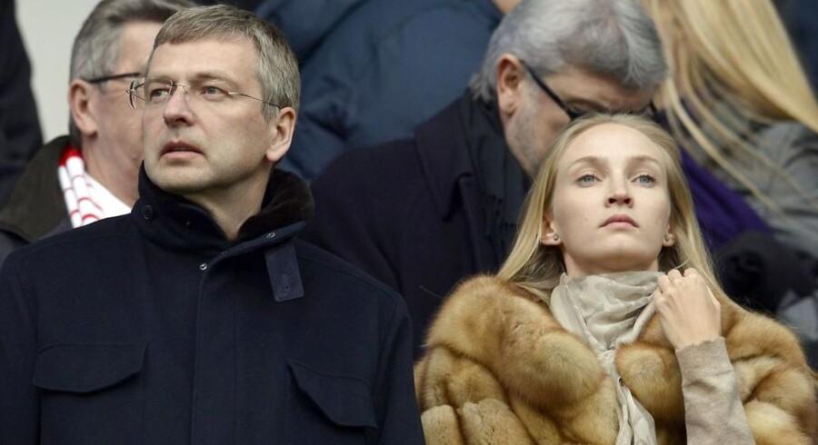 Dmitri Ribolovlev skal betale ex-konen 24,5 milliarder kroner. Det gør skilsmissen til den formentlig dyreste nogensinde. Det er ikke ex-konen Elena Ribolovleva, som er ved den russiske milliardærs side på billedet her. (Foto: AFP)