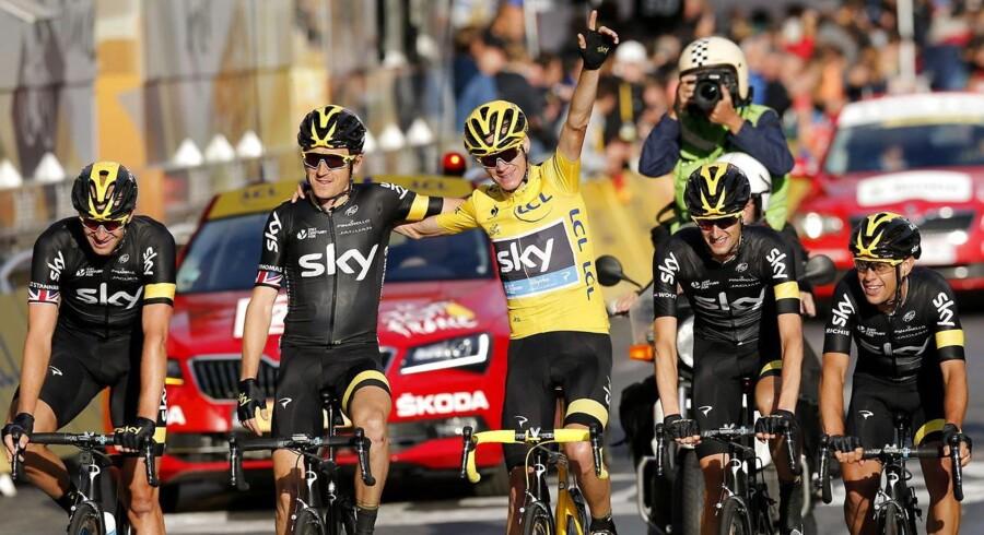 Christopher Froome (i midten) fejrer sin sejr med holdkammeraterne fra Team Sky.