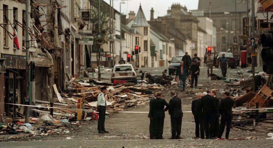 15. august 1998 sprængte en kraftig bilbombe i Omagh. 31 mistede livet og 200 blev sårede, da politiet netop havde evakueret folk i den forkerte retning. IRA undskyldte i 2002 for angrebet, men der er aldrig blevet dømt nogle for terroranslaget. Foto: Mike Mahoney/Reuters
