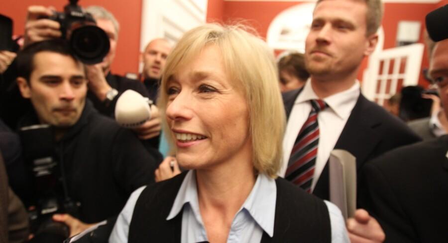 Henriette Kjær på vej ind til de konservatives gruppemøde sammen med sin afløser som gruppeformand, Tom Behnke.