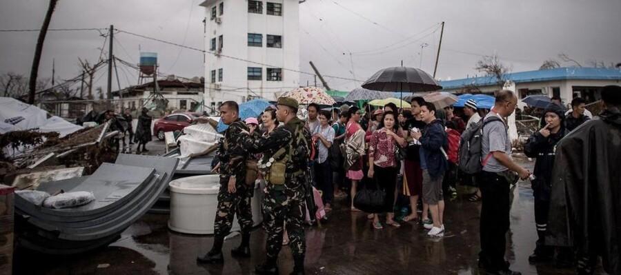 Supertyfonen, som ramte land fredag, har jævnet store dele af Tacloban med jorden. Her forsøger deramte at blive evakueret fra byens lufthavn.