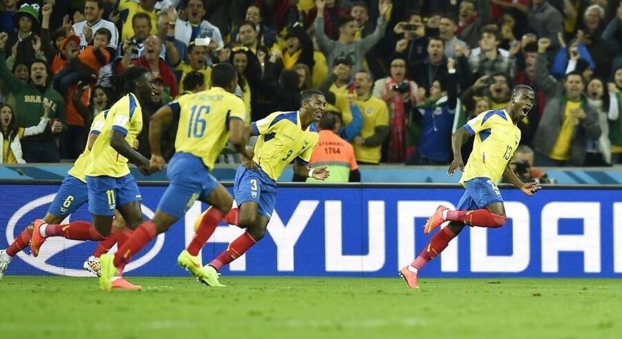 Ecuadors Enner Valencia jubler sammen med resten af holdet.