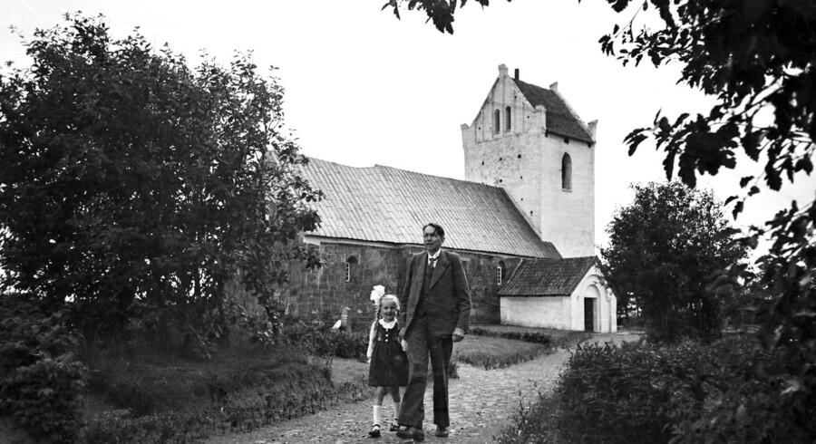 Kaj Munk går tur sammen med datteren Solveig ved Vedersø kirke