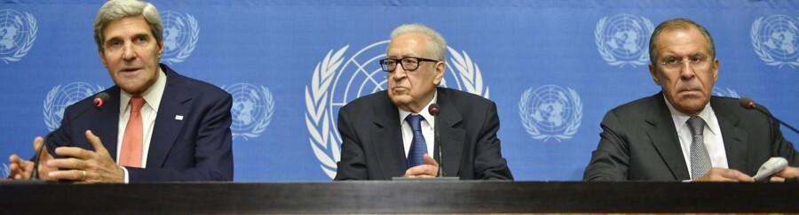 USAs udenrigsminister John Kerry, FNs særlige repræsentant på Syrien-krisen, Lakhdar Brahimi, og den russiske udenrigsminister Sergej Lavrov til et pressemøde i Geneve, hvor de forhandler spørgsmålet om det internationales samfunds overtagelse af kontrollen med Assad-styrets kemiske våben.