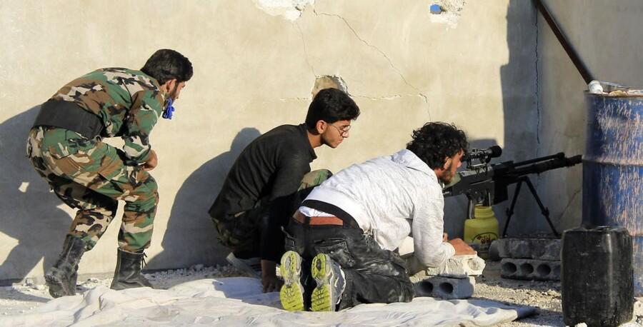 FN-resolution om Syrien. Ifølge internationale nyhedsmedier, er den renset for trusler om militær magtanvendelse, hvis syrerne undlader at leve op til aftalen om at opgive og destruere deres kemiske våben, og derfor vil deb kunne vedtages i Sikkerhedsrådet. Her ses oprørere fra den Frie Syriske Hær i Aleppo.
