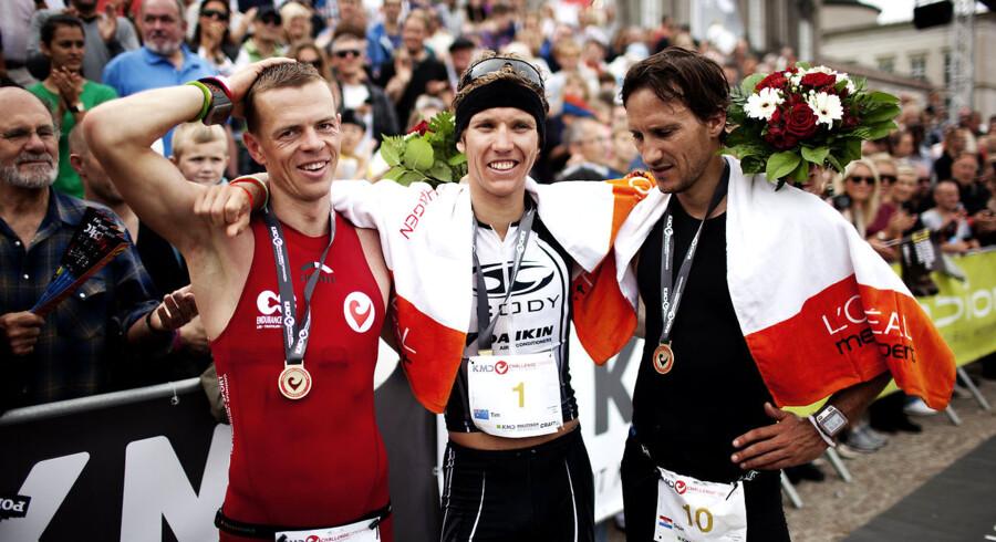 Vinderen af Copenhagen Challange Tim Berkel (im) fra Australien, til venstre ses nummer to danske Jimmy Johnsen og til højre nummer tre kroatiske Dejan Patrcevic i mål ved Christiansborg søndag eftermiddag d.14.august 2011. (Foto: Erik Refner/Scanpix 2011).