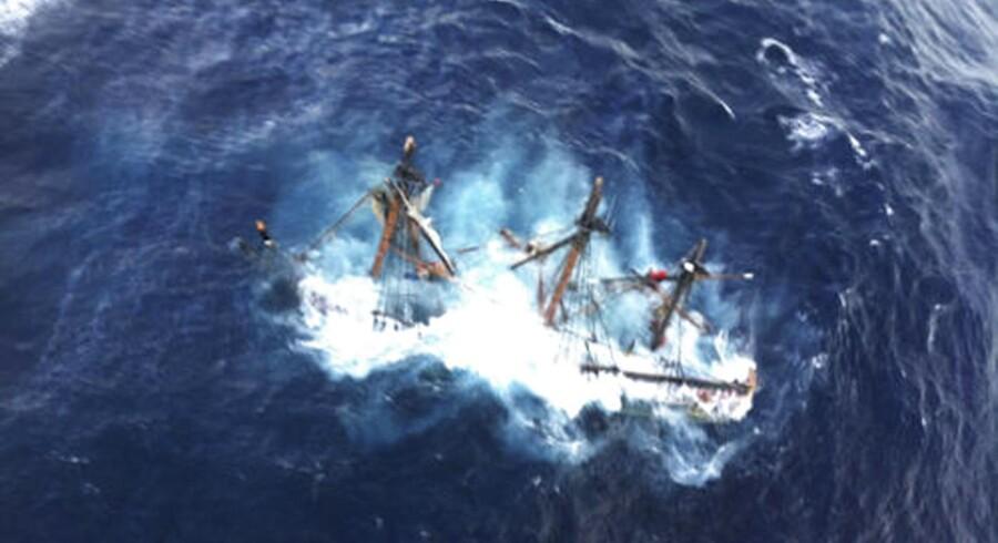 Skibet HMS Bounty sank ud for den amerikanske østkyst, da orkanen Sandy rasede mandag.