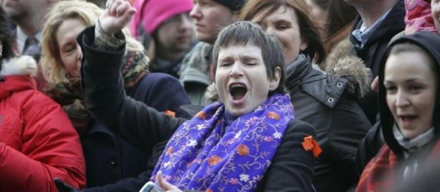 Vrede demonstranter i protest mod Islands erhvervsminister. Søndag gik han af.