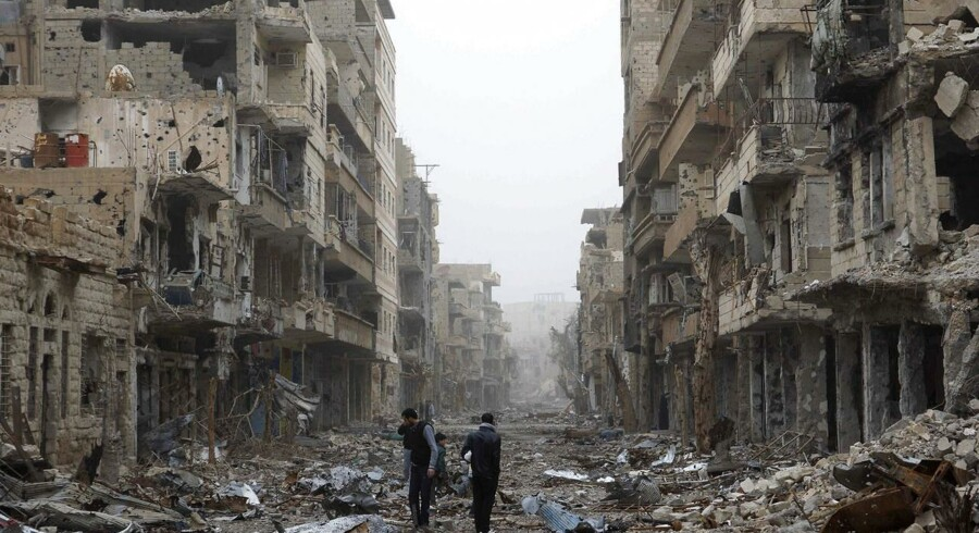 K.S. er den anden dansker, der er blevet dræbt i konflikten i Syrien. Billedet her er fra et ødelagt område i Deir al-Zor. Mændene på billedet er IKKE den pågældende K.S.