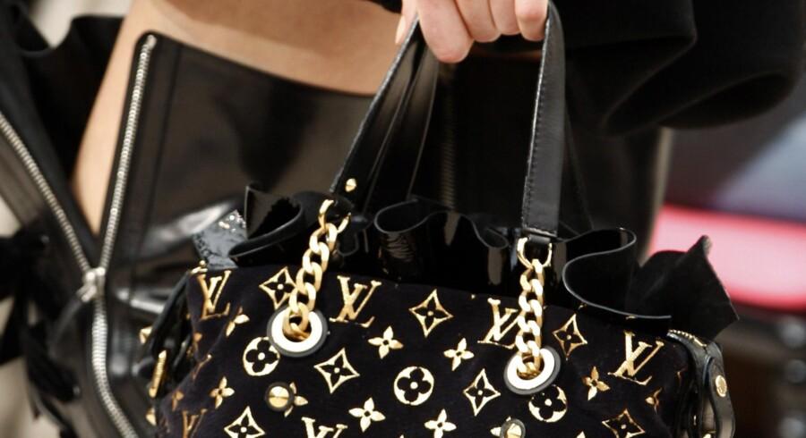 Står det til modehusene, er de vældig tydelige logoer på mærketaskerne på vej væk i en fart. Diskret luksus er det, kunderne nu vil have.