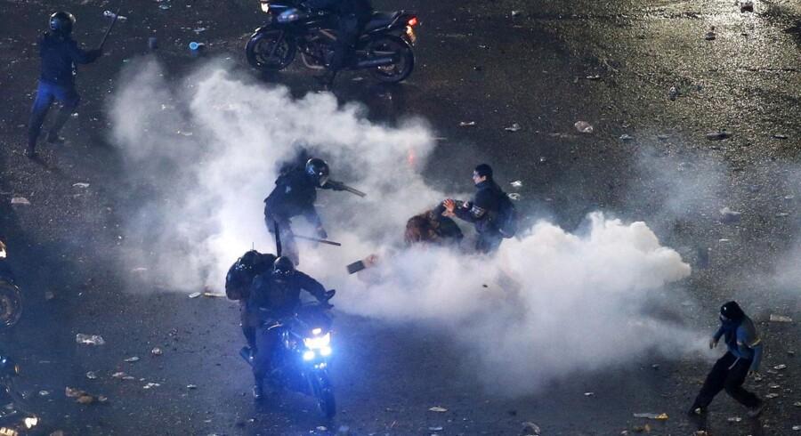 De fleste argentinere vendte slukørede hjem eller slukkede for tv-skærmen. Men i hovedstaden Buenos Aires' gader var skuffelsen så stor, at det udartede sig til regulære gadekampe. Der blev kastet med sten, raseret butikker, og tårerne trillede. Ikke af skuffelse, men på grund af den store mængde tåregas, det kampklædte politi måtte bruge for at få styr på gaderne.