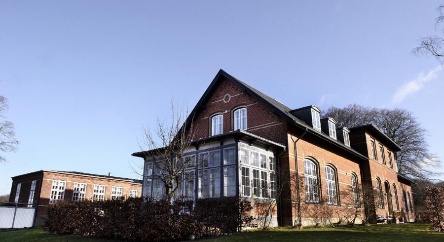 Familien bor på første sal i en af de gamle bygninger, som tidligere udgjorde åndssvageanstalten Ebberødgård i Birkerød. Boligområdet hedder nu Svaneparken.