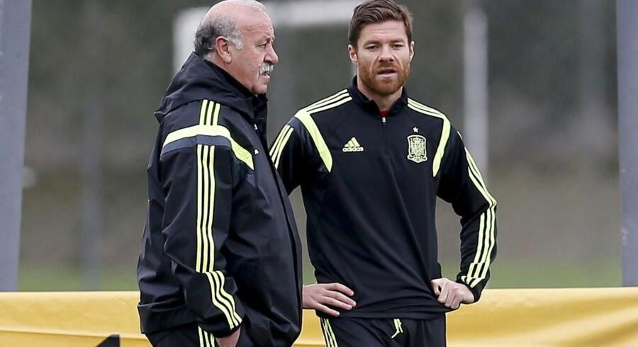 Xabi Alonso - her sammen med landstræner Vicente Del Bosque - stopper på det spanske landshold efter Spaniens skuffende VM.