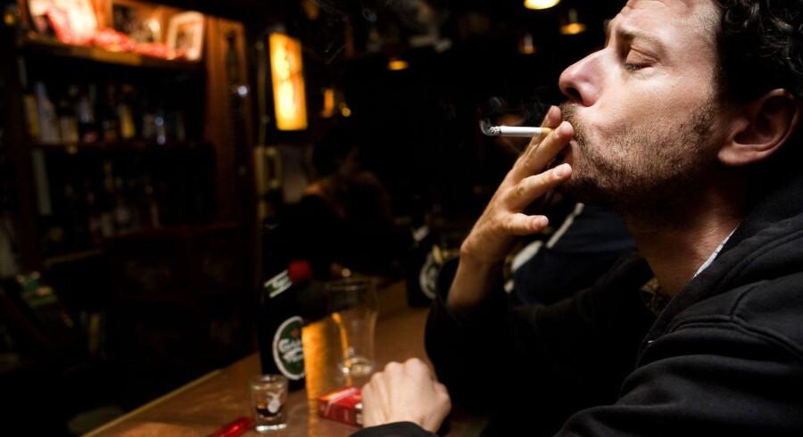 Hvis det står til SF og R, skal det være slut med rygning på de værtshuse under 40 kvadratmeter, som ellers har været fritaget i rygeloven. S er afventende med at melde ud, hvad partiet vil i sagen.