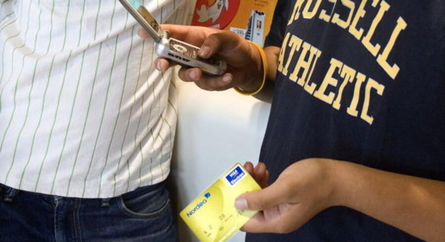 Baggy pants og mobilen i højeste gear - det er efterhånden helt normalt, at teenagere har et elektronisk hævekort.