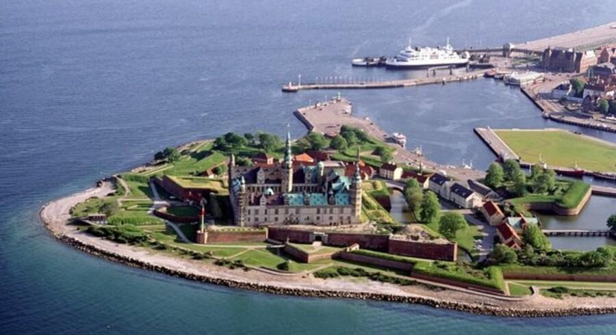På Søndre Strandvej syd for Kronborg går bølgerne højt om frit udsyn og adgang til Øresund.
