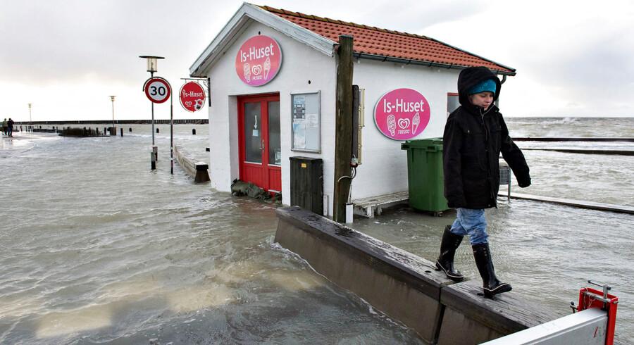 Skadesramte i den vestlige ende af Limfjorden kan glæde sig over, at Stormrådet på et møde mandag besluttede, at der netop her - fra Nissum Bredning i vest til Aggersundbroen i øst - var tale om stormflod. BV:Stormen Egon blæste lørdag med vindstød af orkanstyrke over nord- og vestjylland. Søndag kunne skaderne så beses. Især er det gået hårdt ud over Limfjorden hvor der er oversvømmelser mange steder. Her er det i Løgstør hvor beredskabsstyrelsen pumper 3 steder for at holde vandet ude. (Foto: Henning Bagger/Scanpix 2015)