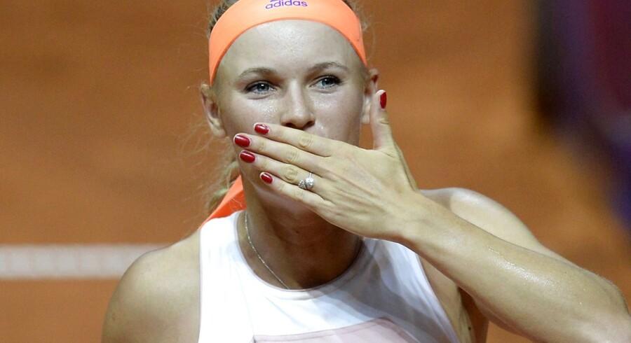 Caroline Wozniacki med luftkys til det tyske publikum efter semifinalesejren over Simona Halep. I eftermiddag gælder det finalen mod Angelique Kerber.