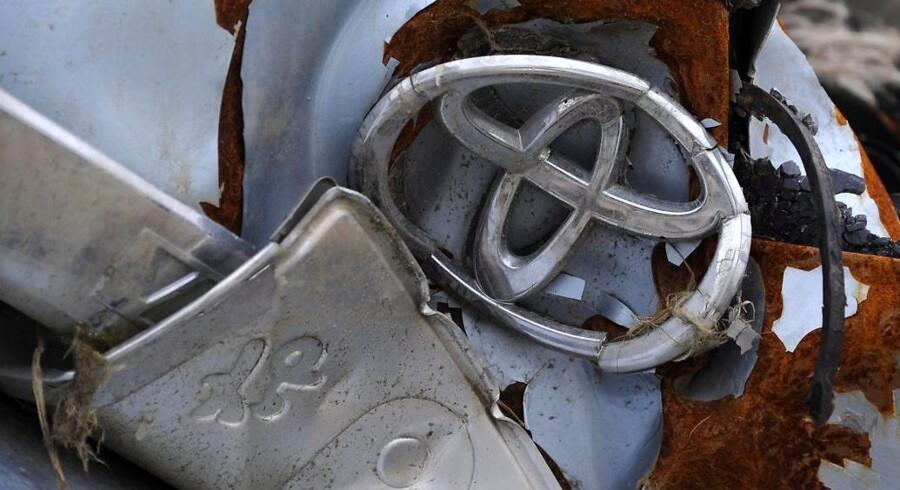 Toyotas logo på en bil, der blev ødelagt i forbindelse med jordskælvet.