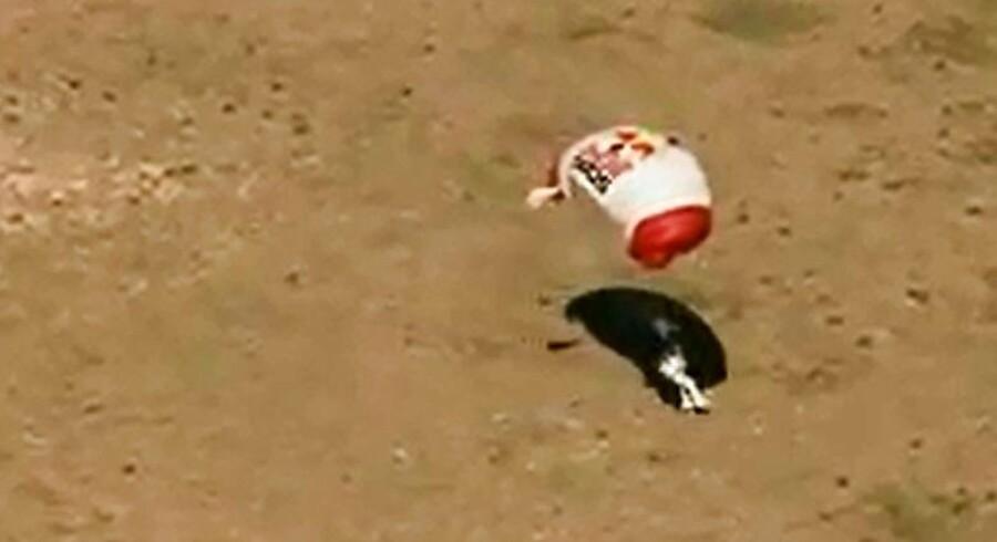 Efter cirka seks minutter lander Felix Baumgartner efter at have sprunget ud fra ca. 39 km højde.