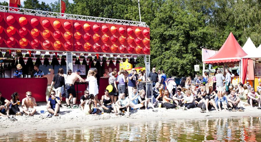 Ved ølboden i kanten af Skanderborg Sø er der god muligheder for at drikke en øl i afslappede omgivelser. To kroner af hver solgt liter fadøl på festivalen går til at bygge skoler i Santa Domingo.