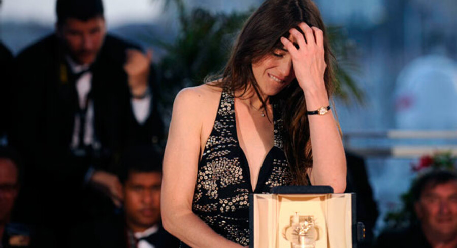 En tydeligt bevæget Charlotte Gainsbourg modtog prisen for bedste kvindelige hovedrolle.