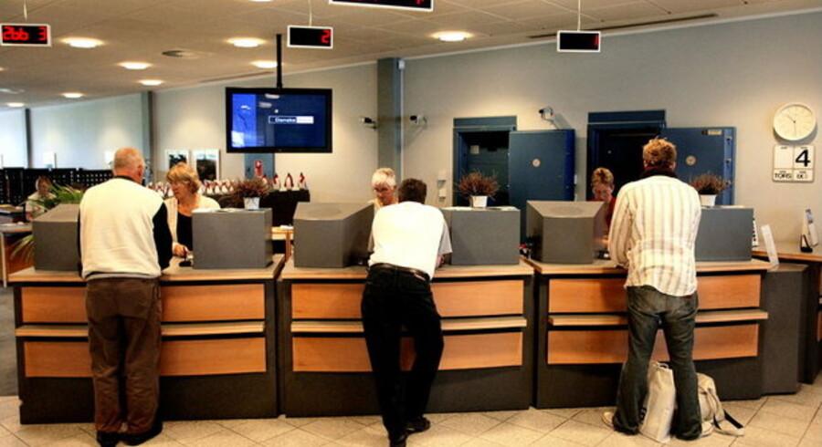Disse kunder opfører sig heldigvis helt normalt, men et stigende antal truer personalet i banken.