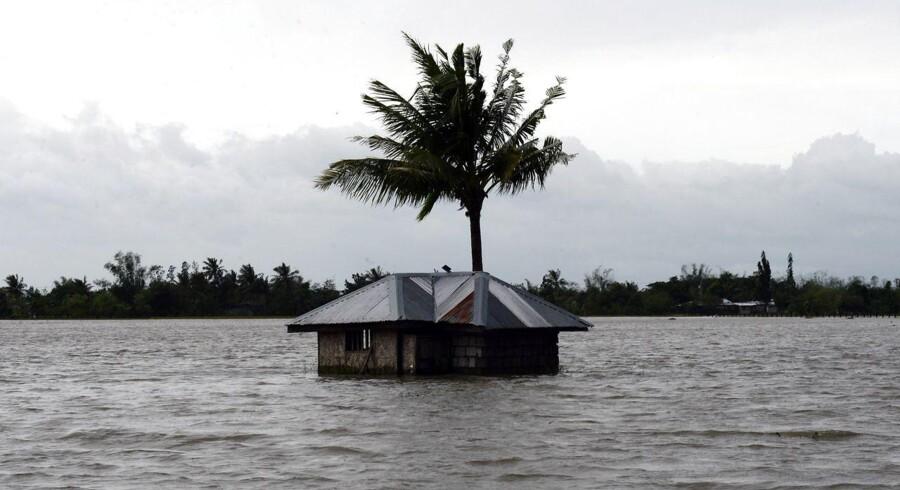 Mindst ni mennesker har mistet livet på grund af tyfonen.