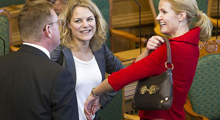 ARKIVFOTO. Helle Thorning-Smith hilser på Johanne Schmidt-Nielsen