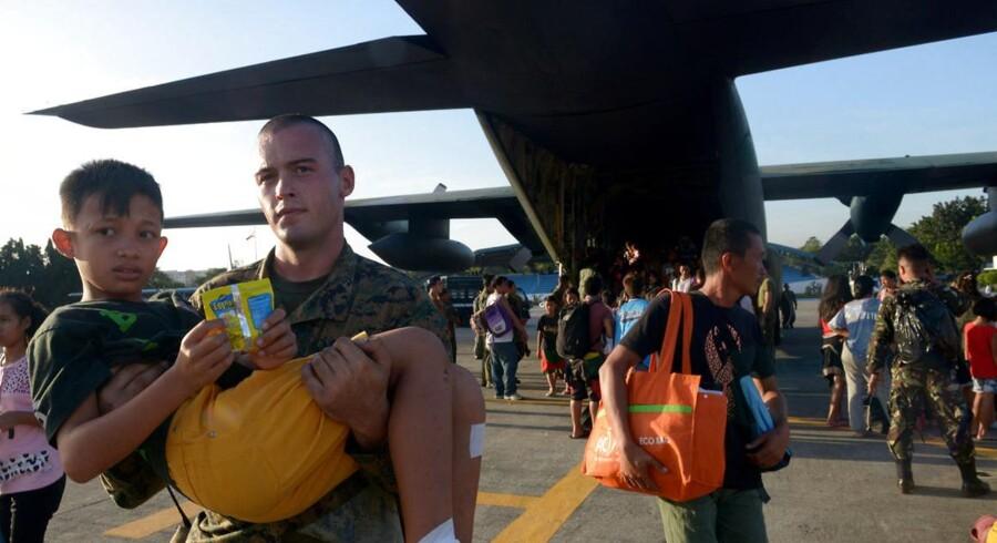 Hjælpen er nået frem til de hårdt prøvede indbyggere på den filippinske ø Leyte, der i kølvandet på tyfonen har levet i øens ruiner.