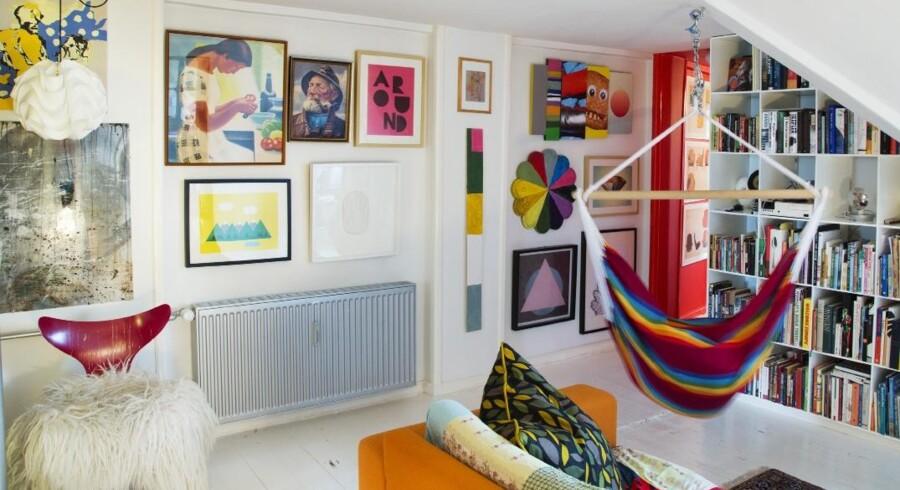 Stuen og gangen i taglejligheden er et stort galleri af blandede billeder. Nogle af dem har Rasmus Gottliebsen og hans kone selv lavet, andre er arvet eller nyttehandler. Den forskelligfarvede 'blomst' er eksempelvis et sofabord, som Rasmus Gottlieb først malede, og som datteren My så malede videre på, uden at mor og far opdagede det.