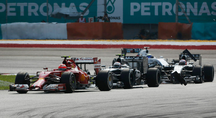 Kevin Magnussen er blevet tildelt strafpoint for sin påkørsel af Ferraris Kimi Raikkonen.