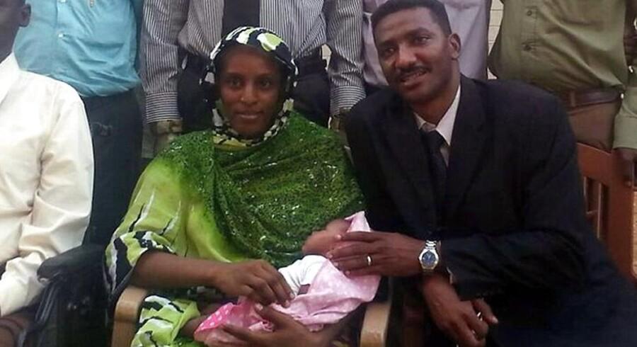 Meriam Yahia Ibrahim Ishag, en kristen sudanesisk kvinde, som blev idømt hængning i sidste måned, ses her sammen med sin mand Daniel Wani, en amerikansk statsborger, oprindeligt fra Sydsudan. Hun sidder med sit nyfødte barn, som hun fødte i fængslet.