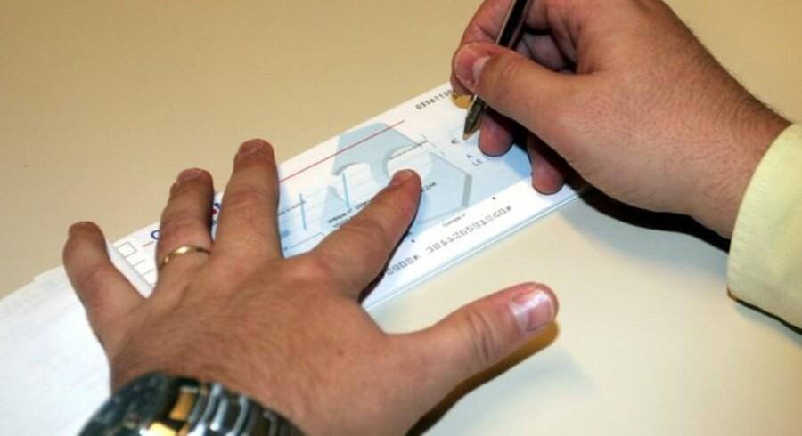 En stjålen check bliver det frem over sværere at afsætte i butikkerne.