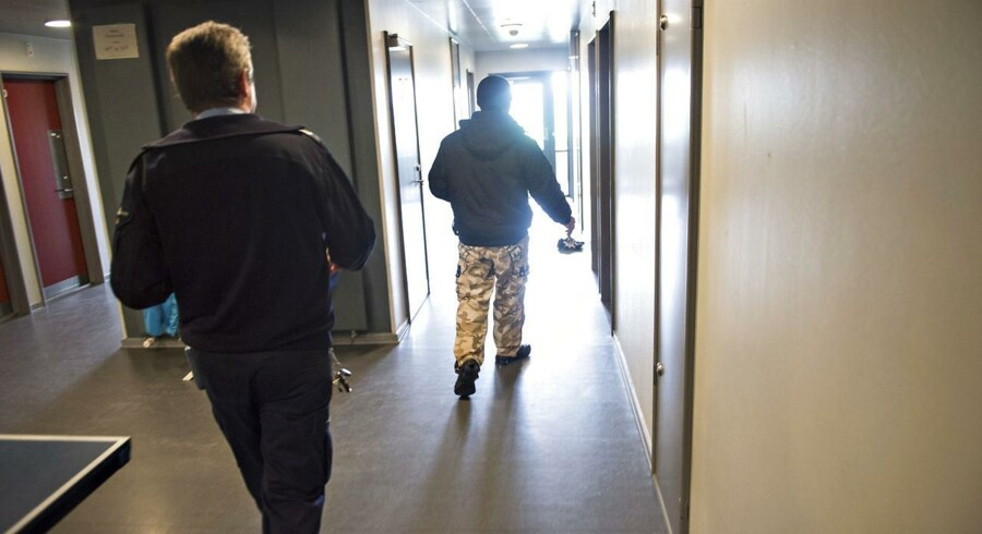 Som konsekvens af de sammenstød der opstår, når medlemmer fra rivaliserende bander afsoner sammen blandt andet her i Statsfængslet Østjylland, er fængselsbetjentene begyndt at adskille grupperingerne fra hinanden på forskellige afdelinger.
