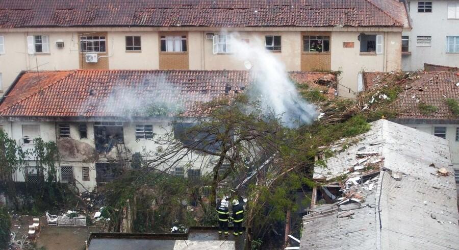 Et indenrigsfly i Brasilien er styrtet ned og har ramt et gymnasie og to boliger. Alle passagerer med flyet er omkommet, heriblandt en præsident kandidat.