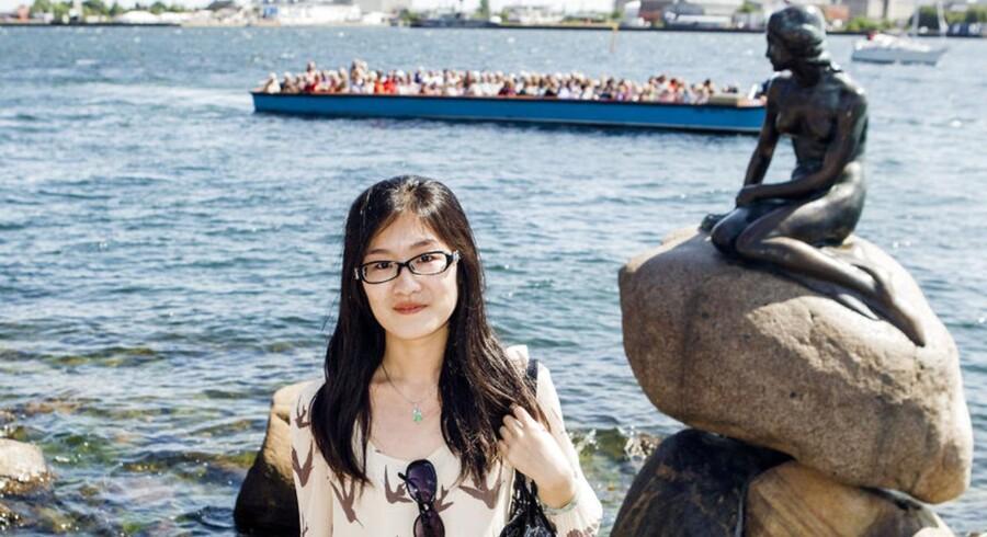ARKIVFOTO. Venstre er klar til at oprette et selvstændigt turistministerium, hvis det kan være med til at udvikle og indfri turisterhvervets potentiale. På billedet en kinesisk turist ved Den Lille Havfrue.