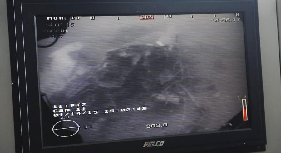 Undervandsbilleder biser dele af vraget fra det AirAsia-fly, der styrtede ned den 28. december med 162 mennesker om bord. Indtil nu er 48 lig bjærget.