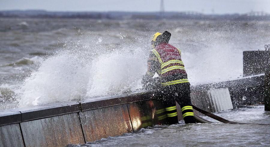 Stormen Egon blæste lørdag med vindstød af orkanstyrke over nord- og vestjylland. Søndag kunne skaderne så beses. Især er det gået hårdt ud over Limfjorden hvor der er oversvømmelser mange steder. Her er det i Løgstør hvor beredskabsstyrelsen pumper 3 steder for at holde vandet ude. Her er en beredskabsmand igang ved en af pumperne, det nye højvandsværn holder fortsat men problemet er de høje bølger der får vandet til at komme ind over