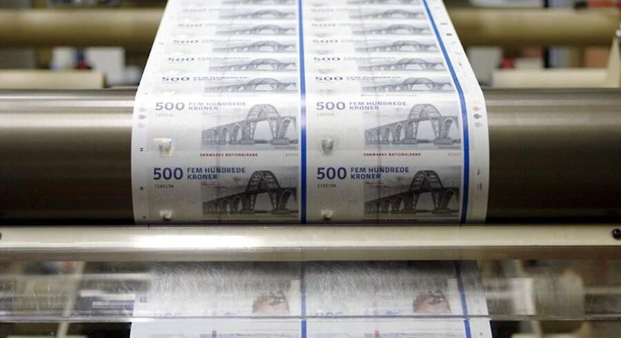 Dronning Alexandrines Bro, som pryder 500-kronesedlerne, forbinder i den virkelige verden Sjælland med Møn, hvor den lokale bank ligger i åben krig med aktionærforeningen om bankens ledelse.