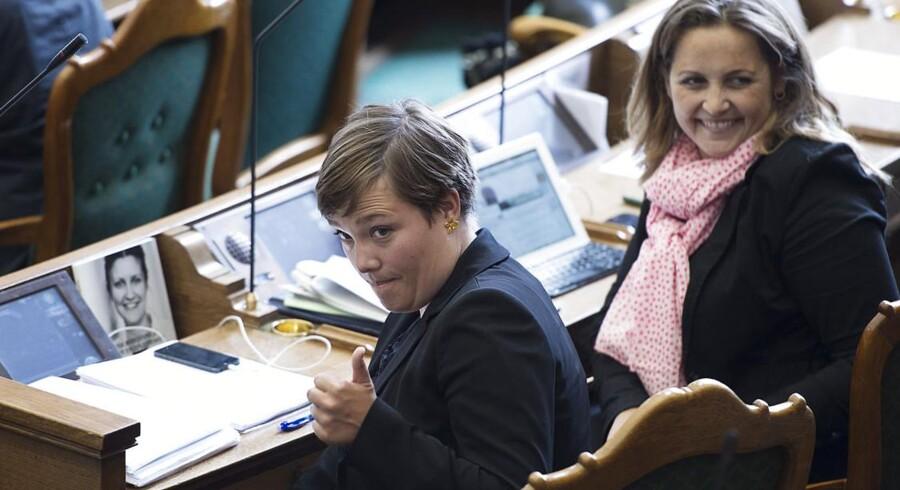 SF's sundhedsminister Astrid Krag (tv) og Pia Olsen Dyhr i folketingssalen i behandlingen om lægekonflikten torsdag.